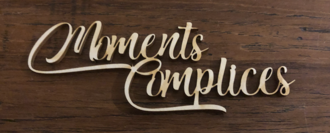 Moments complices - Mot chipboard adhésif
